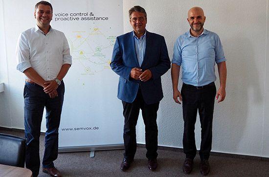 Sigmar Gabriel mit den SemVox Geschäftsführern Norbert Pfleger und Jochen Steigner